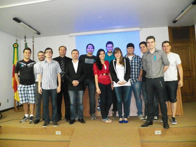 Algus membros efetivos do Clube Farroupilha com os palestrantes
